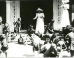 Enfants annamites ramassant des sapèques devant la Pagode des dames (C)
