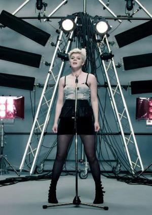 Robyn: Dancing on My Own (Music Video)